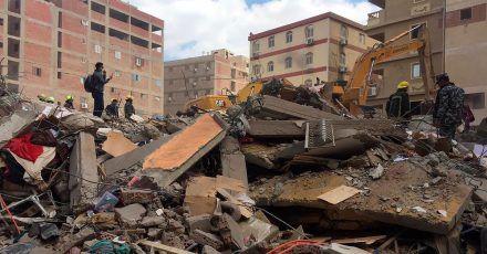 Rettungskräfte durchsuchen die Trümmer eines eingestürzten Wohnhauses im Stadtteil el-Salam.