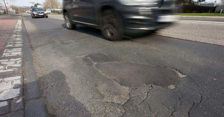 Bei Autoschäden durch Schlaglöcher gibt es laut Allgemeinem Deutschen Automobil-Club (ADAC) kaum Aussicht auf Schadenersatz.