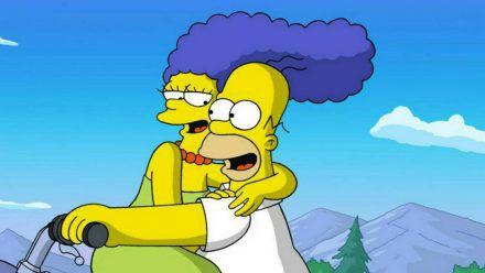 Über 30 Jahre lang sind Marge und Homer Simpson ein Herz und eine Seele. (stk/spot)