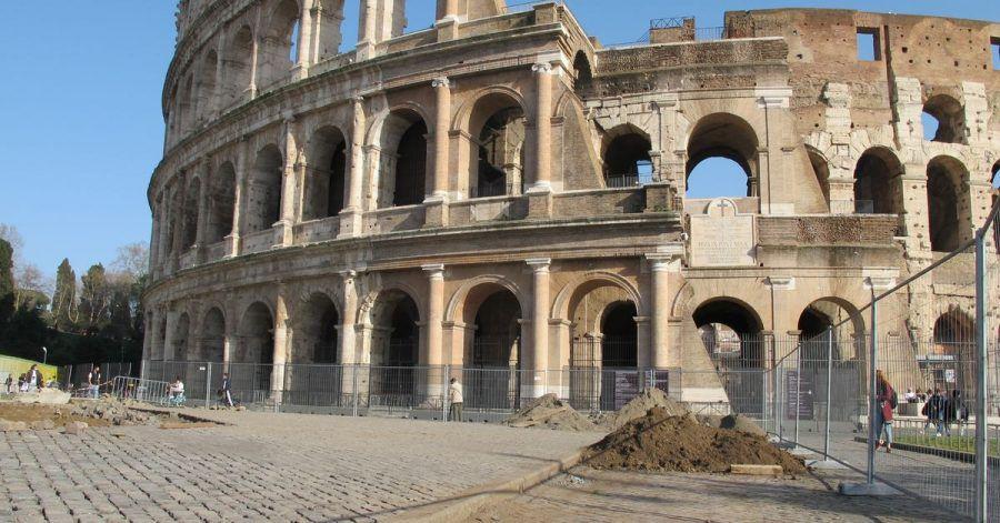 Auf einer Baustelle vor dem Kolosseum wird Kopfsteinpflaster verlegt.