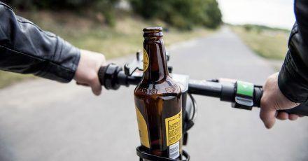 Alkoholisiert E-Scooter fahren? Lieber nicht. Denn auf den lustigen Gefährten gelten die gleichen Regeln wie auf dem Fahrrad.
