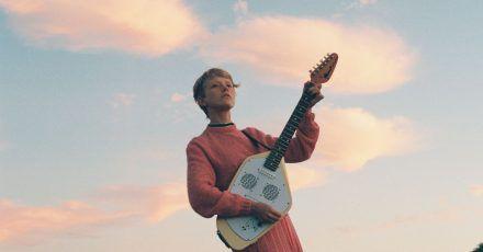 Auf ihrem neuen Album «Glow» findet Alice Phoebe Lou die perfekte Mischung aus sonniger Leichtigkeit und zarter Melancholie.