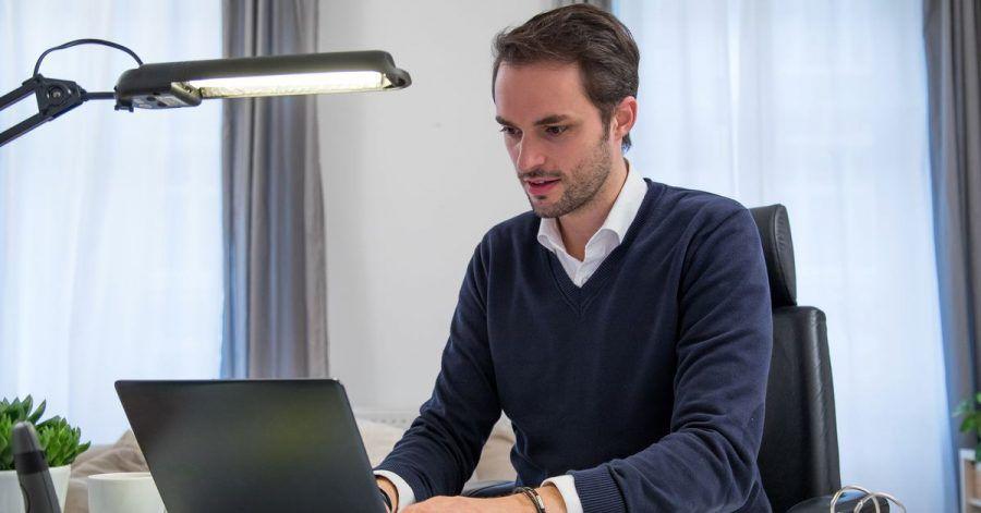 Video an, Ton aus: Beschäftigte können sich im Homeoffice eine Art «virtuelles Büro» schaffen, indem sie sich mit anderen über ein Videokonferenz-Tool zusammenschalten.