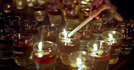 """Kerzen werden anlässlich der """"Earth Hour"""" angezündet."""