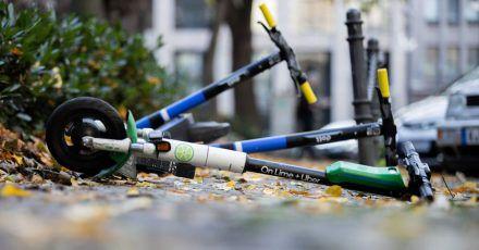 Mehrere E-Scooter liegen auf einem Gehweg:Insgesamt gesehen spielen sie beim Unfallgeschehen eine vergleichsweise geringe Rolle.