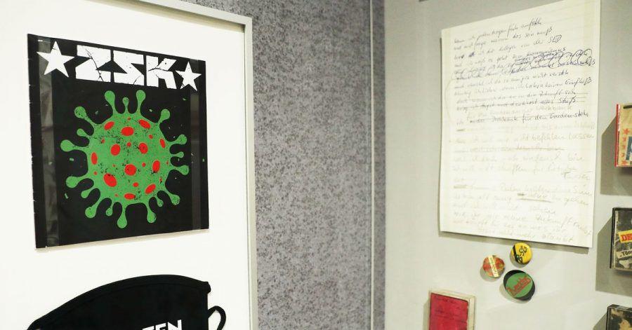 """Die Single """"Ich habe Besseres zu tun"""" über den Virologen Drosten und eine Maske mit der Aufschrift """"Drosten Ultras"""" der Punkband ZSK in Bonn."""