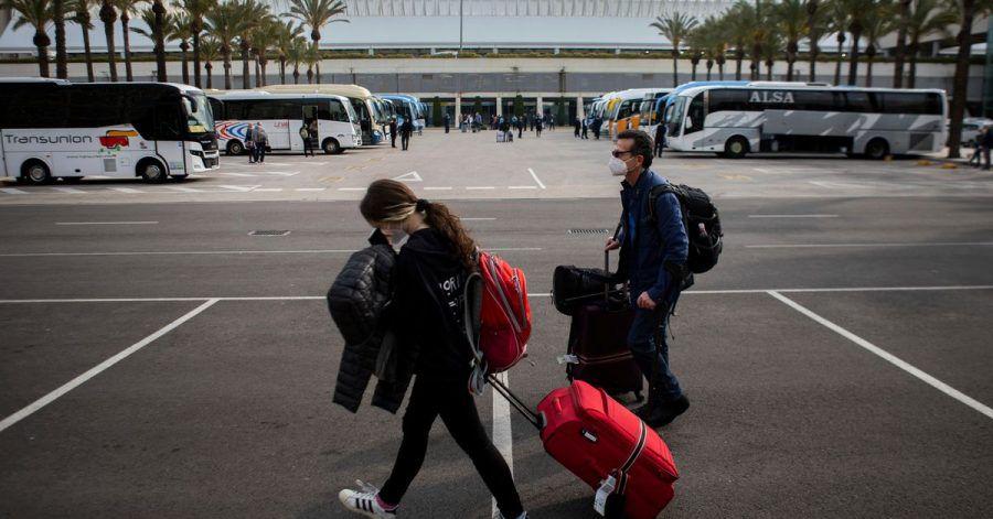 Passagiere mit Mund-Nasen-Schutz kommen am Flughafen Palma de Mallorca an.