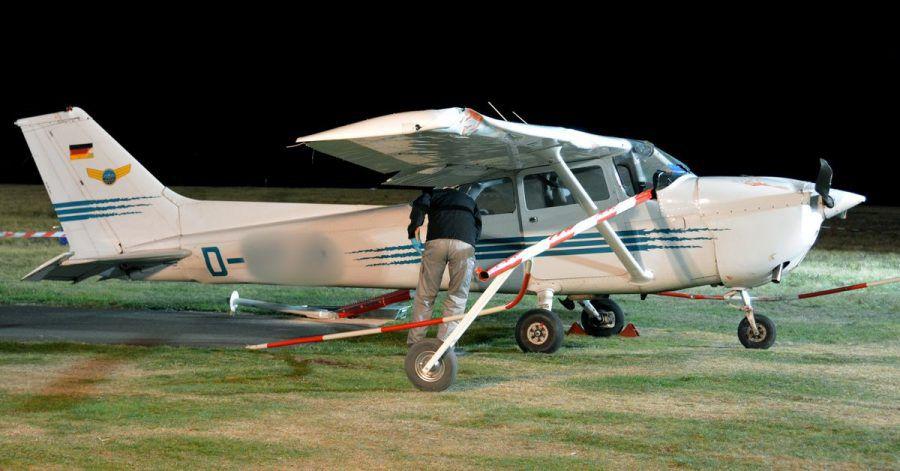 Ein Mitarbeiter der Bundesstelle für Flugunfalluntersuchung untersucht im Oktober 2018 die Unglücks-Cessna.