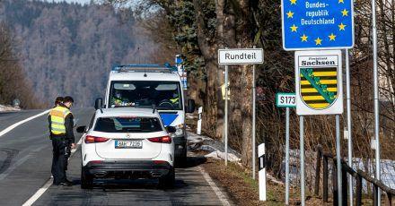 Die Kontrollen an den tschechisch-deutschen Grenzübergängen sollen zwei weitere Wochen durchgeführt werden.