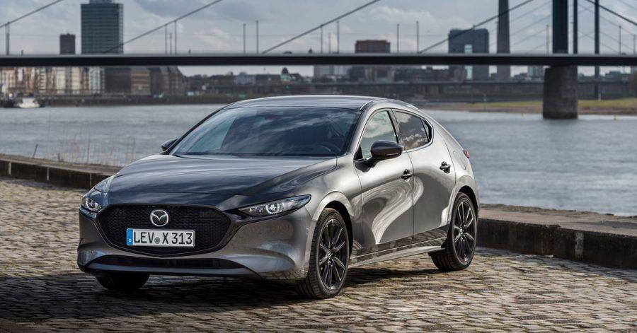 Byebye Diesel - den neuen Mazda3 vor Düsseldorfer Skyline gibt es nur noch mit verbesserten Benzinmotoren.
