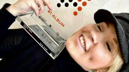 """Maite Kelly mit ihrem """"Nummer 1 Award"""" (wue/spot)"""