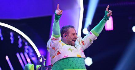 Von wegen ausgestorben:Sänger und Dino Sasha jubelt im Finale der ProSieben-Show «The Masked Singer».