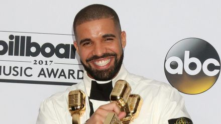 Rapper Drake kann sich über seinen einzigartigen Charterfolg freuen. (cos/spot)