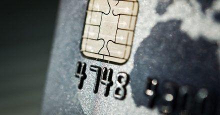 Zahlungskarten sind bequem. Mit den Daten sollte man aber vorsichtig umgehen. Sonst landen sie in den Händen von Betrügern.
