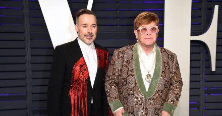 Sir Elton John (r) und Ehemann David Furnish bei der Vanity Fair Oscar-Party 2019.