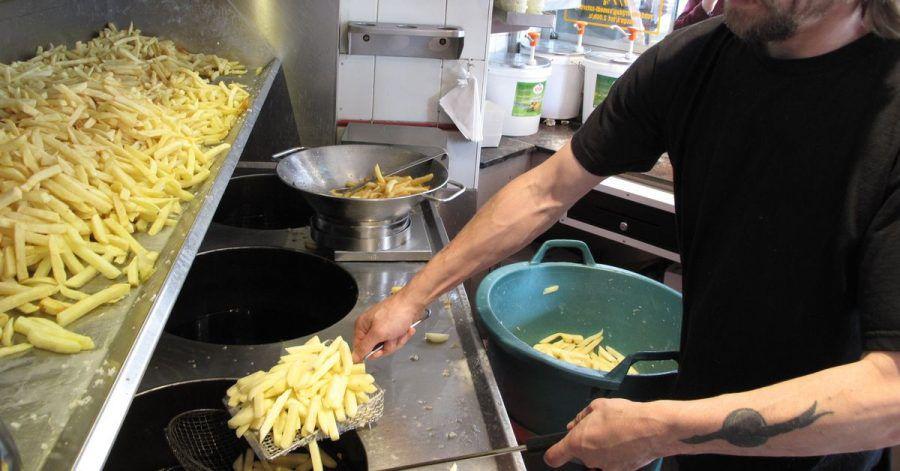 Dominique Bonnier bereitet in der «Maison Antoine» Pommes Frites zu. Sollten die belgischen Frittenbuden Unesco-Weltkulturerbe werden?