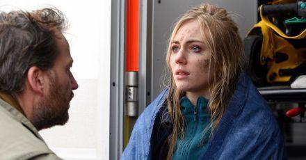Frank Weller (Christian Erdmann) befragt Laura Godlinski (Elisa Schlott) nach ihrer Rettung aus dem Watt.