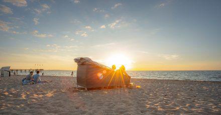 In einemSchlafstrandkorb klingt der Tag zum Rauschen des Meeres aus - wenn das nicht romantisch ist!