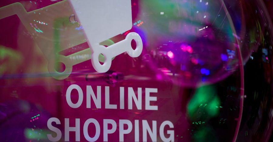 Die Corona-Pandemie hat auf das Konsumverhalten einen Effekt: Verbraucher kaufen mehr im Internet ein.