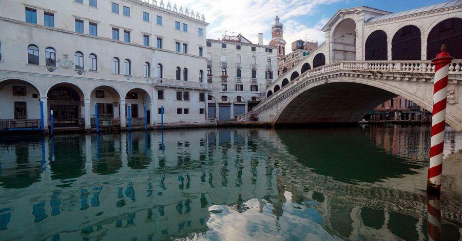 Die menschenleere Rialtobrücke spiegelt sich im Canal Grande.