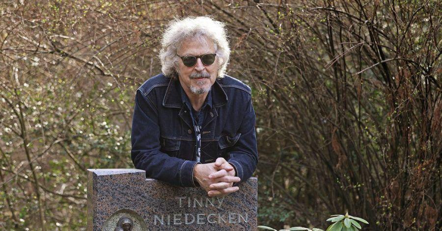 «Verdamp lang her»: Wolfgang Niedecken am Grab seiner Eltern. Jetzt wird der Kölner Musiker 70.