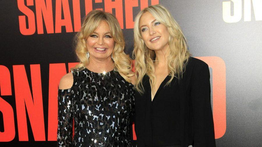 Kate Hudson (r.) mit ihrer Mutter Goldie Hawn bei einer Veranstaltung (rto/spot)