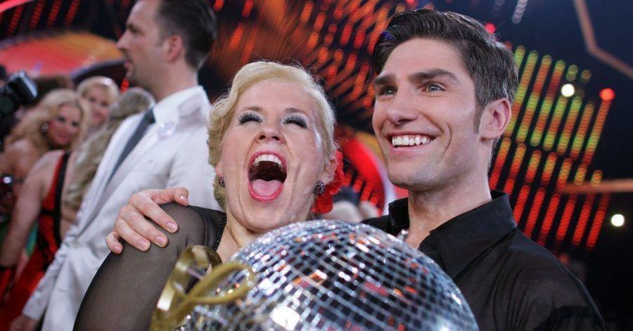 Die Sängerin Maite Kelly und der Tänzer Christian Polanc freuen sich über ihren Sieg auf dem Parkett (2011).