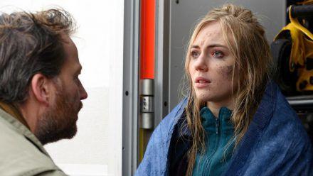 """""""Ostfriesenangst"""": Frank Weller (Christian Erdmann) befragt Laura Godlinski (Elisa Schlott) nach ihrer Rettung aus dem Watt (cg/spot)"""