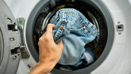 Vollwaschmittel oder Weichspüler sind beim Waschen von Jeanshosen weniger geeignet. (spot)