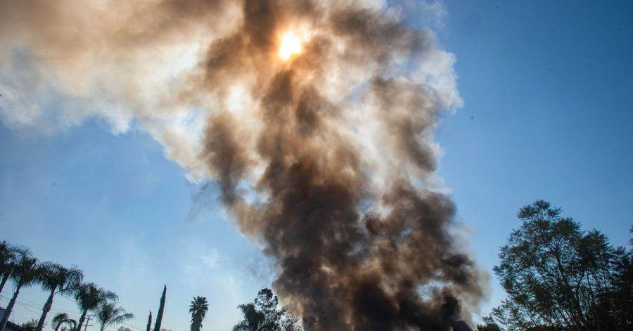 Rauch steigt nach einer Explosion von Feuerwerkskörpern im kalifornischen Ontario.