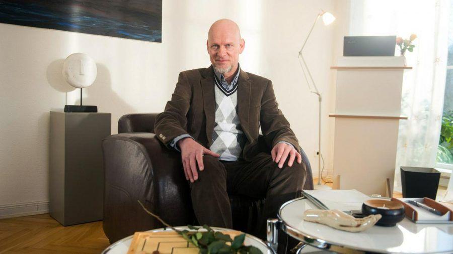 """Rüdiger Hoffmann spielt in """"Rote Rosen"""" einen Psychologen. (wue/spot)"""
