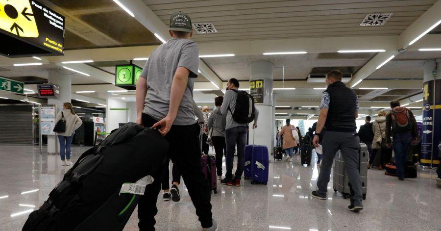 Passagiere kommen auf dem Flughafen Palma de Mallorca an.