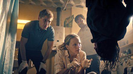 """Die Toten von Marnow"": Sören Jaspers (Anton Rubtsov), Lona Mendt (Petra Schmidt-Schaller), Frank Elling (Sascha Geršak) am Tatort (cg/spot)"