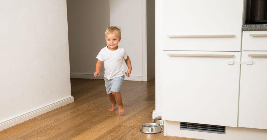 Kleine Kinder sind ihrem Entdeckungsdrang kaum zu bremsen - auch in der Küche sollten Eltern deshalb mögliche Gefahrenquellen eliminieren.