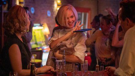 """In der neuen """"Ku'damm""""-Staffel trägt Emilia Schüle als Eva Fassbender einen platinblonden Bob. (ili/spot)"""