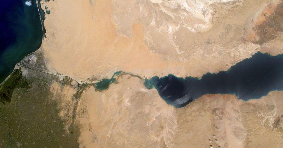 Satellitenaufnahme vom Suez Kanal, der das Mittelmeeer im Norden (l) mit dem Roten Meer im Süden (r) verbindet.