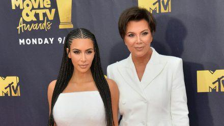 Kim Kardashian (l.) lässt sich scheiden, ihre Mutter Kris Jenner spricht Klartext. (ili/spot)