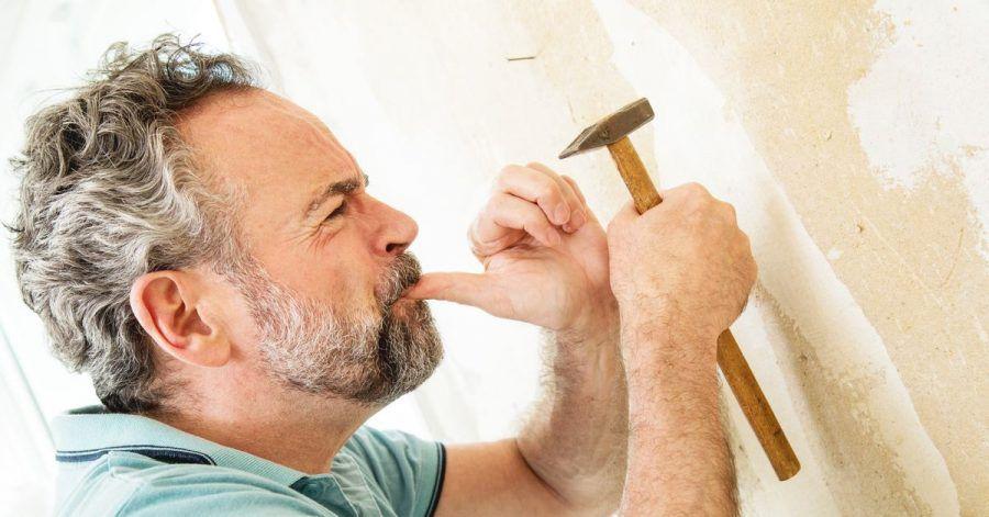 Manchmal kann es schnell gehen: Verletzungen mit dem Hammer können schmerzhaft und folgenreich sein.