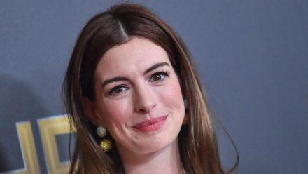 Anne Hathaway kann romantische Abende einfach auf dem Sofa verbringen. (dr/spot)