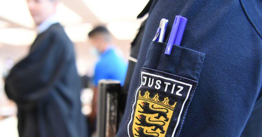 Im Hintergrund steht ein Angeklagter im Prozess vor dem Landgericht Ulm um die Vergewaltigung einer 14-Jährigen.