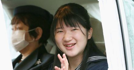 Aiko, Prinzessin von Japan, winkt aus einem Auto, als sie im Kaiserpalast ankommt.