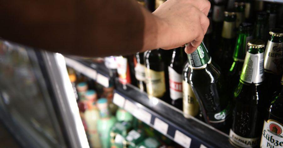 Die Deutschen trinken in der Corona-Krise weniger Alkohol. Experten sehen den Grund in den geschlossenen Gaststätten.
