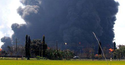 In der Pertamina Balongan Raffinerie ist es nach einer Explosion zu einem Großbrand gekommen.
