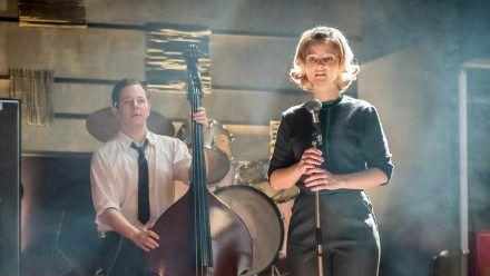 """""""Ku'damm 63 (1)"""": Monika (Sonja Gerhardt) und Freddy (Trystan Pütter) versuchen, Hannelore Lay von ihrem Song zu überzeugen (cg/spot)"""