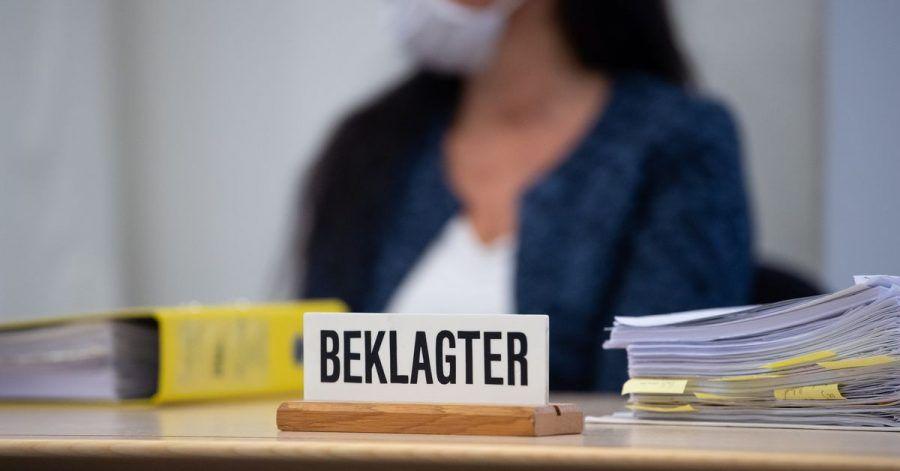 Die angeklagte Heilpraktikerin vor Prozessbeginn im Oberlandesgericht im Sitzungssaal.