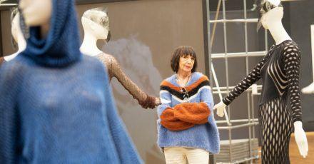 Claudia Skoda, deutsche Strickdesignerin und Ikone der Berliner Undergroundszene, in der Ausstellung.