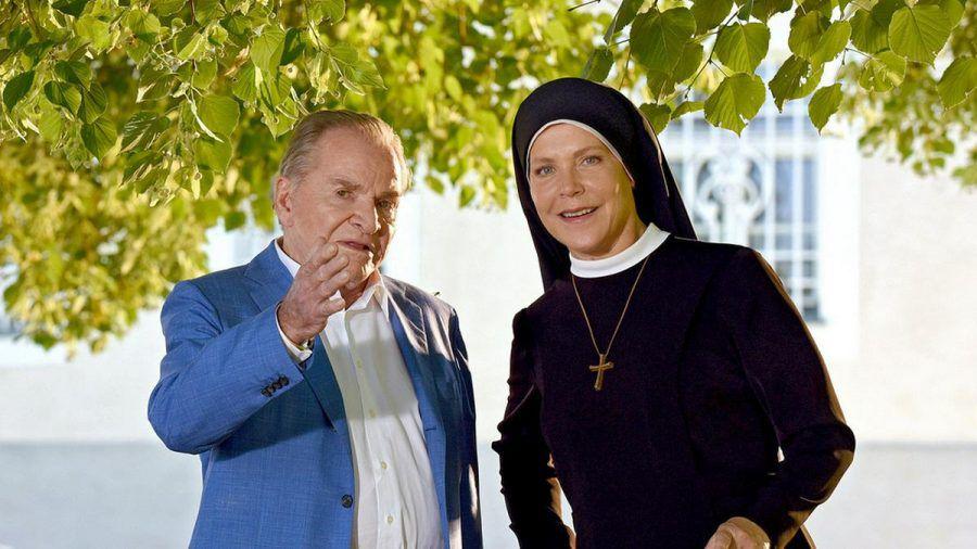 """""""Um Himmels Willen"""": Bürgermeister Wöller (Fritz Wepper) und Schwester Hanna (Janina Hartwig) haben einiges zu klären (cg/spot)"""