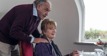 Robert Hofstetter (Christian Kohlund) kümmert sich liebevoll um das Frühstück für Inas Tante Marion Pless (Hannelore Hoger).