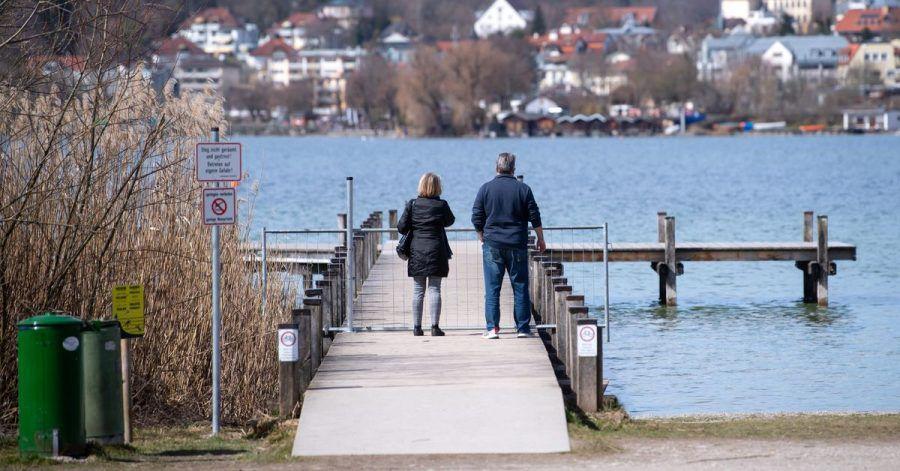 Ausflügler genießen am Starnberger See die milden Temperaturen.