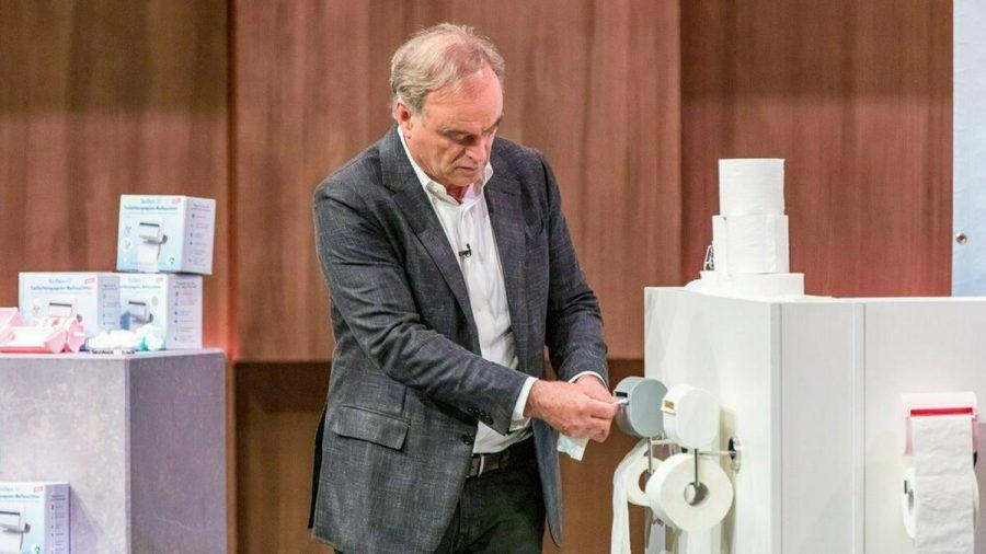 """Georg Kofler ist sofort Feuer und Flamme für den innovativen Toilettenpapierbefeuchter """"bideo"""". (wag/spot)"""